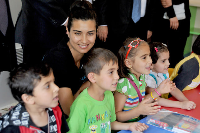 Tuba Büyüküstün visits refugee children