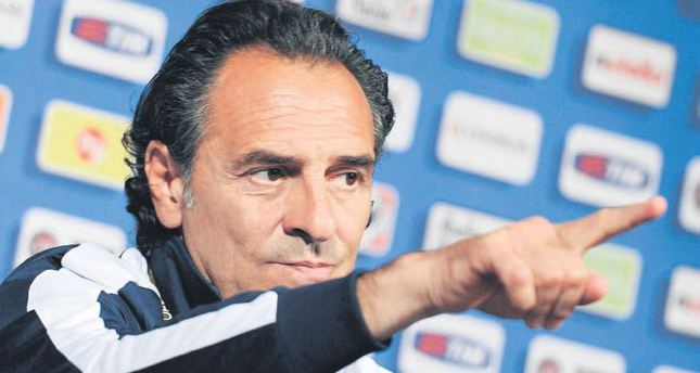 Prandelli in Istanbul with his assistants