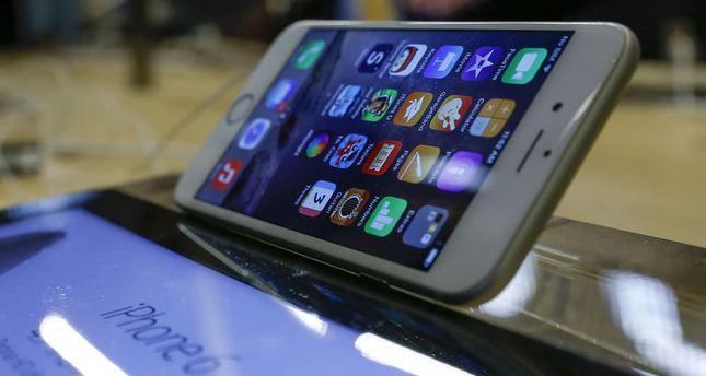 New iPhones run into software, bending complaints