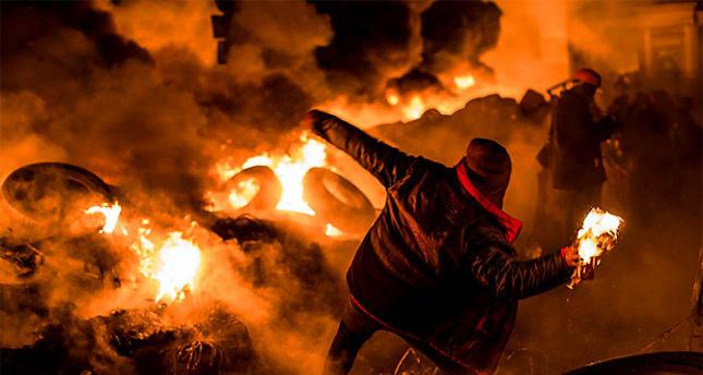 Tension escalates in eastern Ukraine amid volatile peace moves