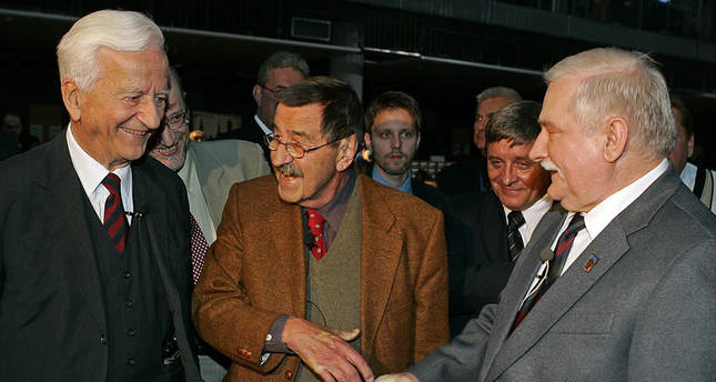Weizsacker (left) with author Guenter Grass (center) and former Polish president Lech Walesa (right)