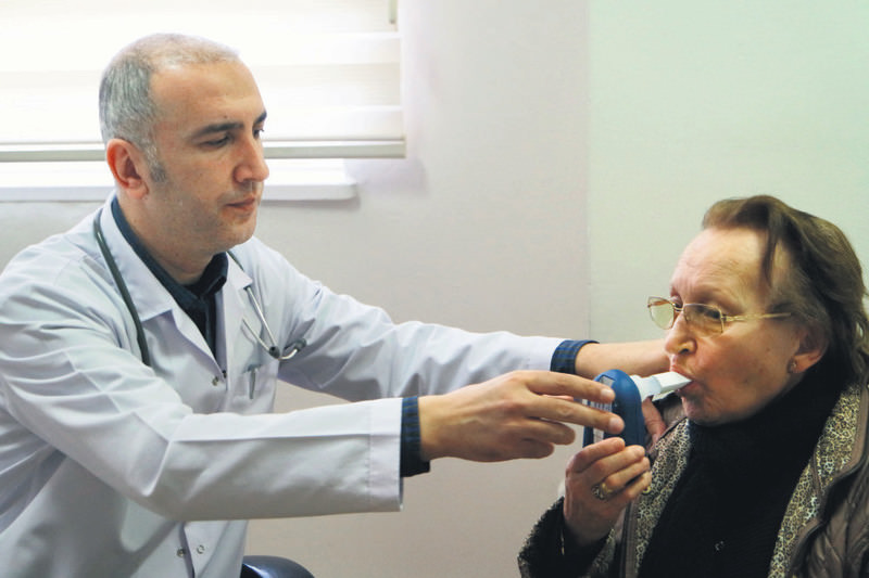 A doctor examining carbon monoxide levels of a smoker to determine her smoking rate. Patients are administered free medicine to quit smoking based on their smoking frequency and if no other treatment options are suitable.