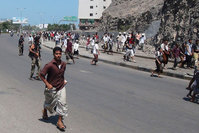 People flee after a gunfire on a street in the southern port city of Aden, Yemen, on March 25, 2015 | Photo: AP