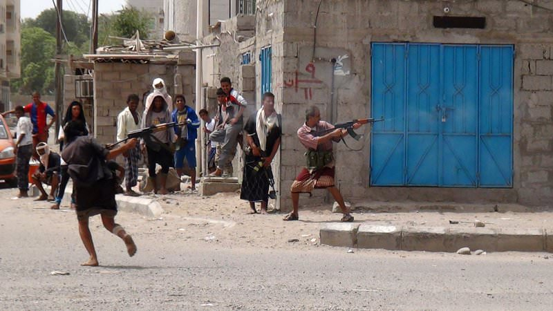 Clashes in the northern Dar Saad neighbourhood of the southern Yemeni city of Aden on April 8, 2015 (AFP Photo)