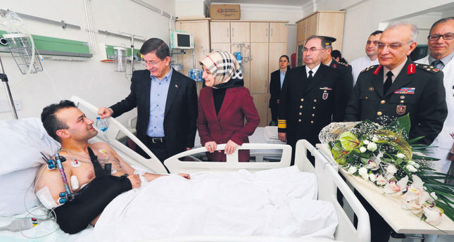 Prime Minister Davutoğlu visiting the four soldiers, who were injured in the clashes with PKK militants. The soldiers were later transfered to a military hospital in capital Ankara.emAA Photo/em