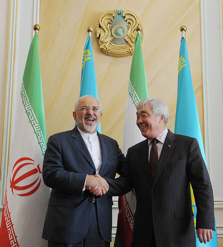 Iranian Foreign Minister Mohammad Javad Zarif shakes hands with his Kazakh counterpart Yerlan Idrisov during their meeting in Astana on April 13, 2015 (AFP Photo)