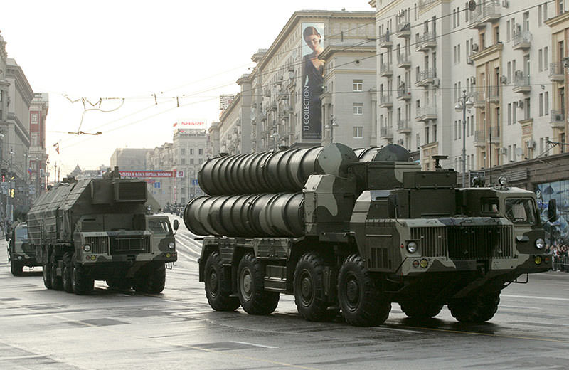 Russian S-300 anti-missile rocket system move along a central street during a rehearsal for a military parade in Moscow in this May 4, 2009 (Reuters Photo)