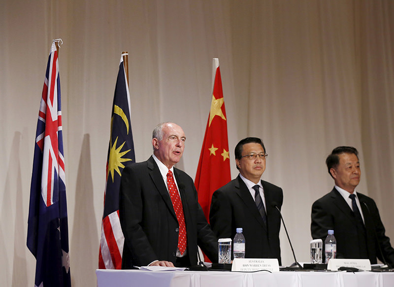 Officials from Australia, Malaysia and China (L-R) speak to the media after their meeting to discuss the next stage of the search for missing Malaysia Airlines flight MH370 in Kuala Lumpur, April 16, 2015 (Reuters Photo)