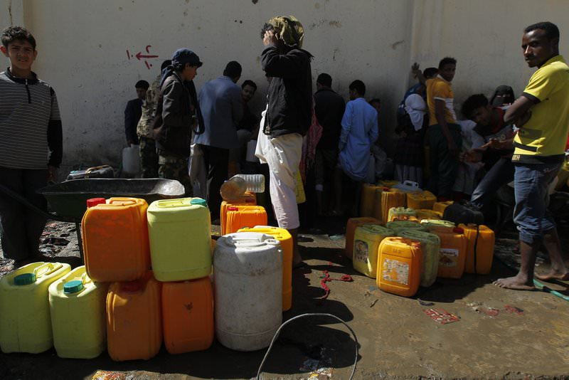 Yemenis wait to fill jerry cans with water from a philanthropist-provided water tap in Sana'a, Yemen, 16 April 2015 (EPA Photo)