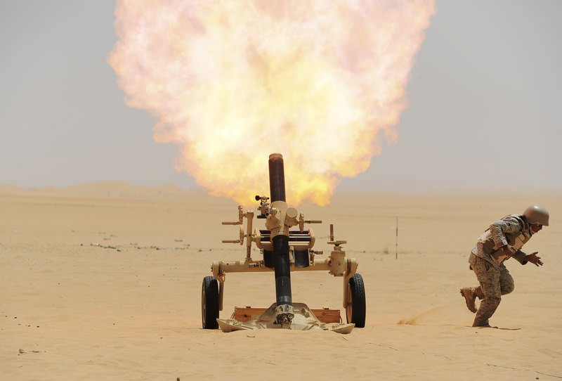 A Saudi soldier fires a mortar towards Houthi movement position, at the Saudi border with Yemen April 21, 2015 (Reuters Photo)