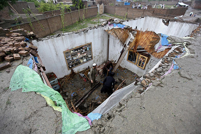 People try to salvage their belongings from their home following torrential rains in Peshawar, Pakistan, 27 April 2015 (EPA Photo)