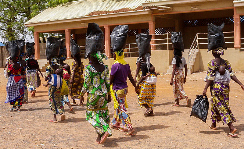Nigerian Internally Displaced Persons who fled areas of conflict waged by Boko Haram militants carry food supplies on their heads as they walk away from a special prayer session for the abducted Chibok girls held at St (EPA photo)