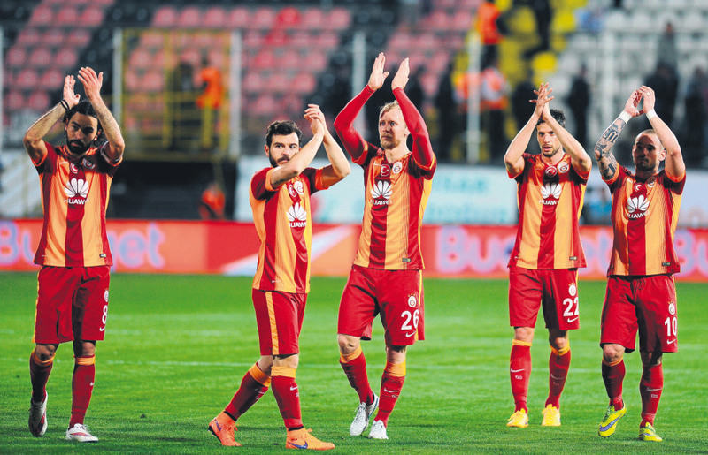 The Lions roared into the lead against Akhisar in the first half at the Manisa 19 Mayu0131s Stadium, thanks to two efforts from goal-hungry striker Burak Yu0131lmaz.