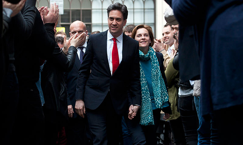 Opposition Labour leader Ed Miliband (L) and his wife Justine Thornton (R) arrive at Labour Party headquarters in Central London, Britain, 08 May 2015 (EPA Photo)