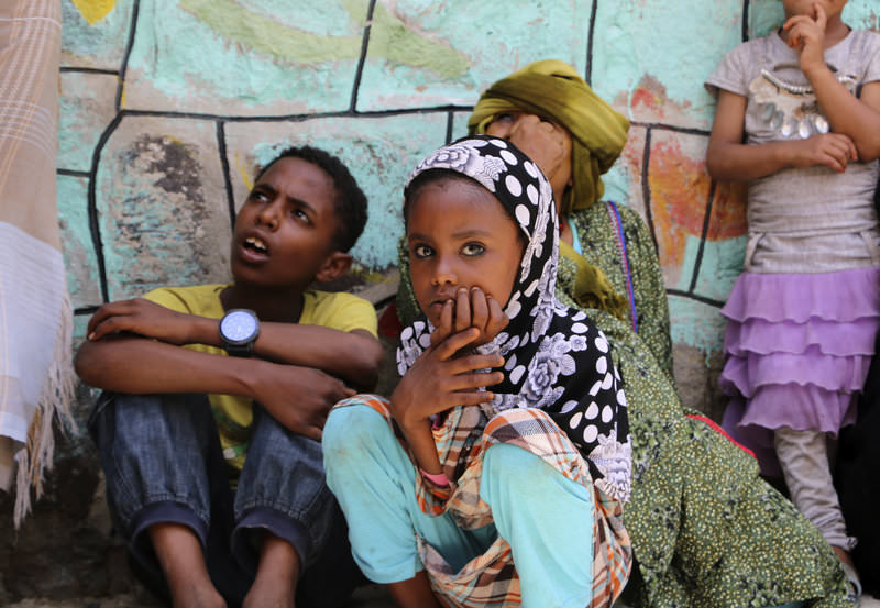 In this Saturday, May 9, 2015 file photo, displaced families who fled fighting in the southern city of Aden wait for relief supplies during a food distribution effort by Yemeni volunteers, in Taiz, Yemen (AP Photo)