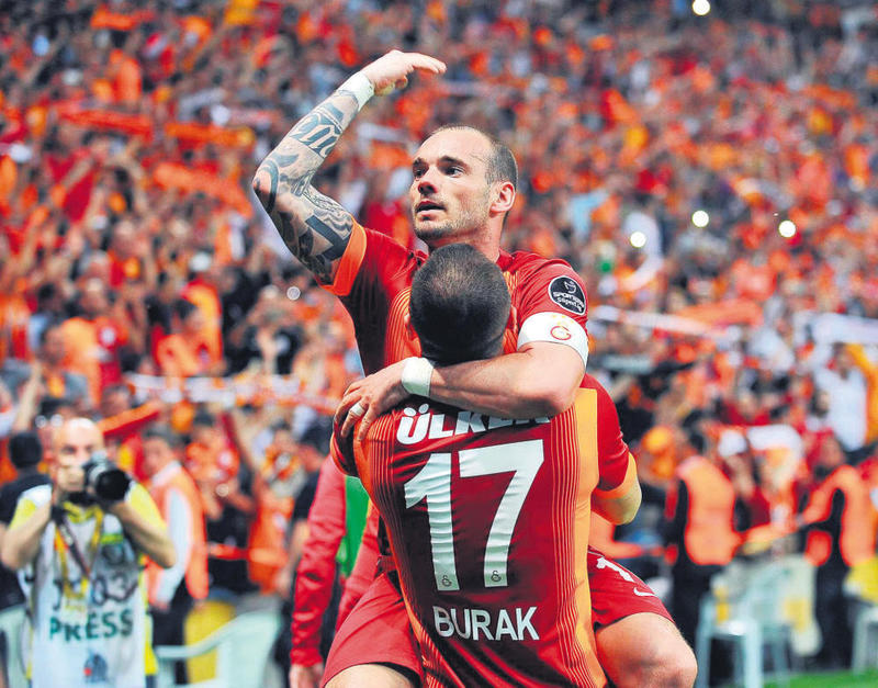 Wesley Sneijder and teammates celebrating his controversial goal.