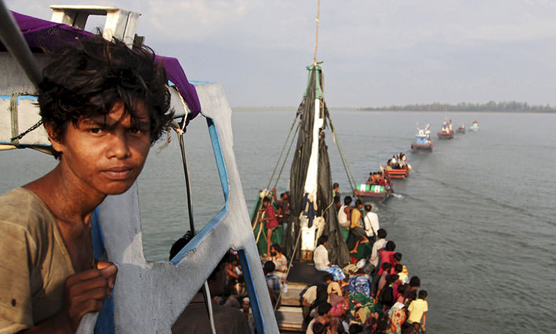 A fishing boat carrying Rohingya and Bangleshi migrants is pulled to shore by Achenese fisherman off the coast of Julok, in Aceh province May 20, 2015 in this photo taken by Antara Foto (Reuters Photo)