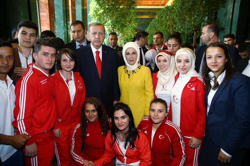 President Recep Tayyip Erdou011fan and First Lady Emine Erdou011fan (center-right) received youth representatives from 81 provinces of Turkey (AA Photo)