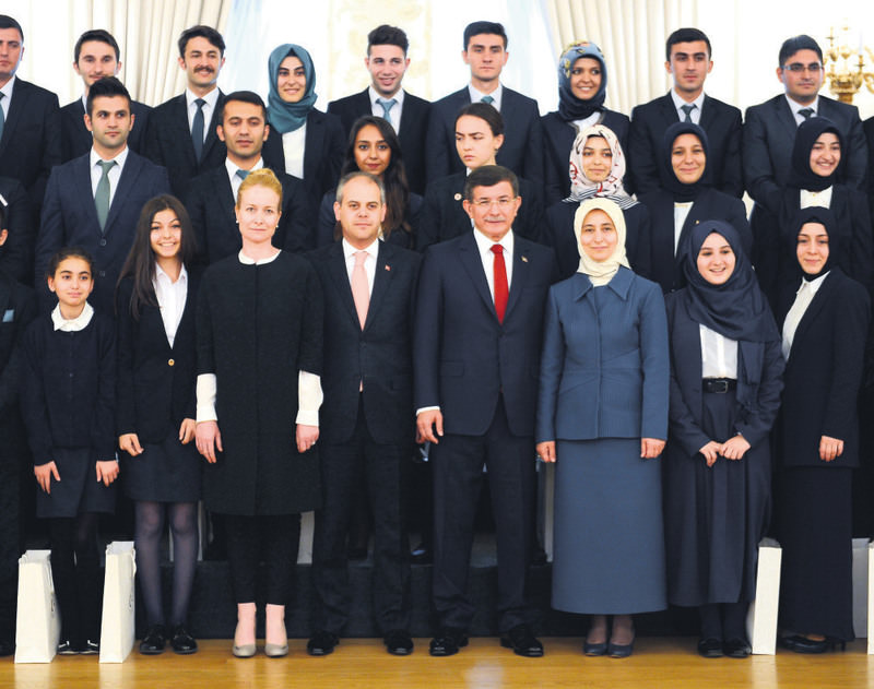 Prime Minister Davutou011flu posing with young people he met yesterday on Youth and Sports Day.