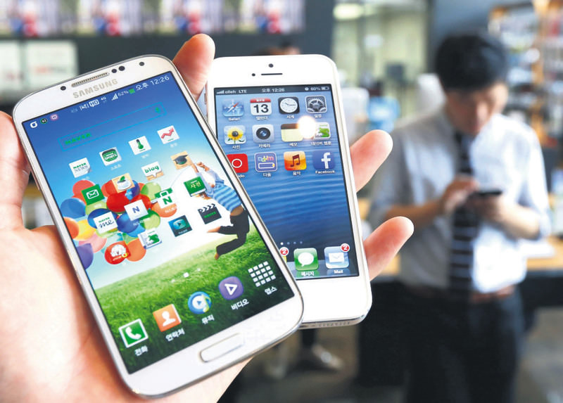 Samsung Electronics' Galaxy S4 (L) and Apple's iPhone 5 are seen in the picture illustration taken in Seoul.