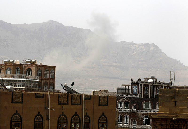 Smokes raise above Sanau2019a after airstrikes of the Saudi-led coalition hit military weapon depots controlled by the Houthis in Sanau2019a, Yemen, 19 May 2015 (EPA Photo)