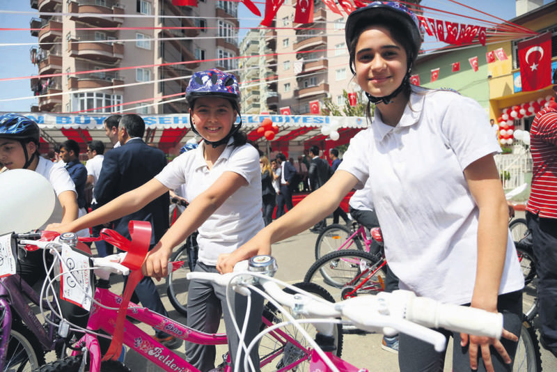 As part of the Healthy Nutrition and Mobile Life Program, bicycles have been offered to middle school and university students in Eskiu015fehir.