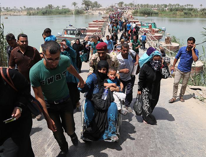Displaced Iraqis from Ramadi cross the Bzebiz bridge fleeing fighting in Ramadi, 65 km west of Baghdad, Iraq, Wednesday, May 20, 2015 (AP Photo)