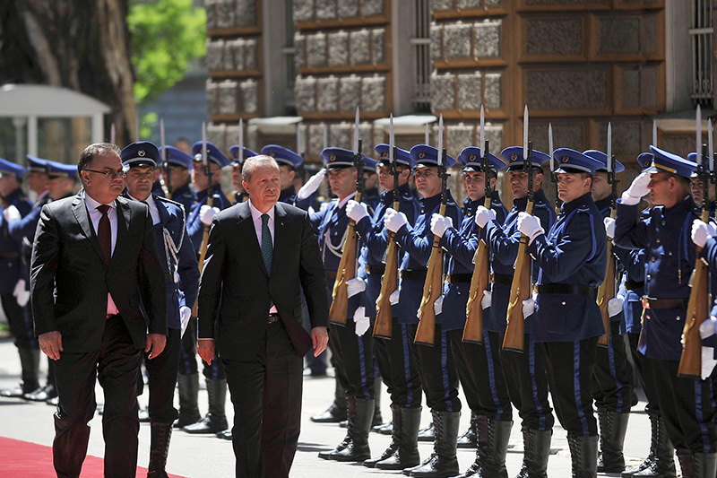 Turkish President Recep Tayyip Erdou011fan (2nd L) walks with Chairman of Bosnia and Herzegovina's tripartite Presidency, Mladen Ivanic (L), during a welcoming ceremony in Sarajevo on May 20, 2015 (AFP Photo)