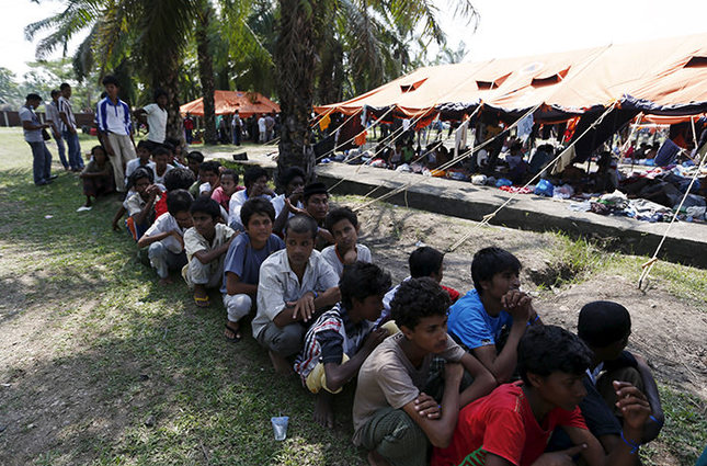 Rohingya migrants, who recently arrived in Indonesia by boat, queue up as they wait to have their identification recorded inside a temporary compound for refugees in Aceh Timur regency, Indonesia's Aceh Province May 21, 2015 (Reuters Photo)