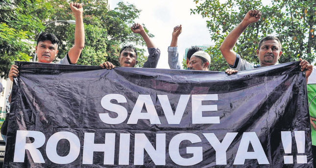 Ethnic Rohingya refugees from Myanmar residing in Malaysia hold a banner during a protest outside the Myanmar embassy in Kuala Lumpur on May 21, 2015. (AFP Photo)