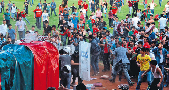 Fans of Yeni Diyarbakırspor invaded the pitch in a match against Denizli BŞB on May 18 and clashed with riot police. AFP Photo