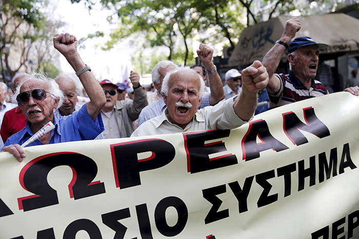 Greek pensioners shout slogans during a demonstration for better healthcare in Athens May 20, 2015 (Reuters Photo)