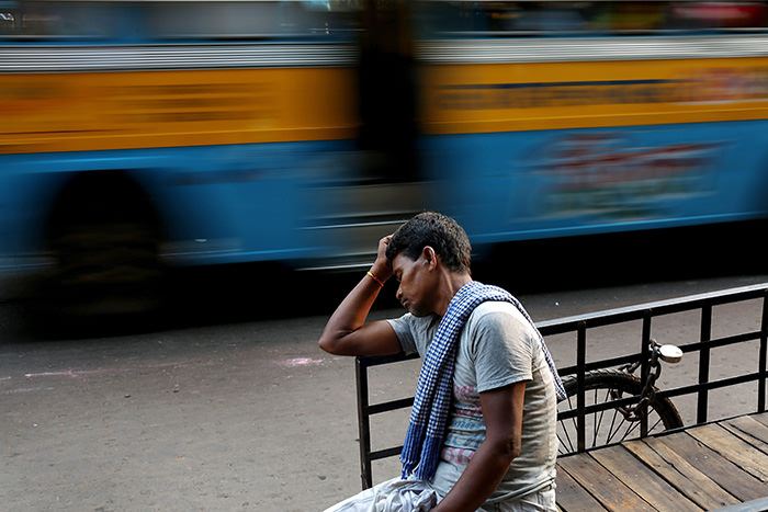 An Indian richshaw puller rests on a street while the temperature reaches 38 degree Celsius in Calcutta, India, 16 May 2015 (EPA Photo)