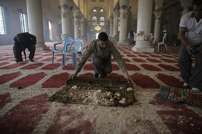 Palestinians clean the Al Aqsa mosque after clashes with Israeli police on the compound known to Muslims as Noble Sanctuary and to Jews as Temple Mount in Jerusalem's Old City November 5, 2014 (Reuters Photo)