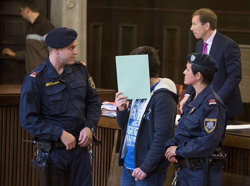 15-year-old Austrian schoolboy (C) with alleged ties to ISIS accused of having intended to launch a bomb attack in Vienna in 2014 enters the courtroom prior to the start of the trial on May 26, 2015, in St Poelten, Austria (AFP Photo)