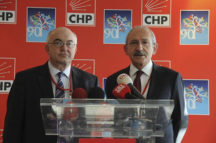 Kemal Derviu015f (on the left) with CHP Chairman Kemal Ku0131lu0131u00e7darou011flu  Sabah Photo