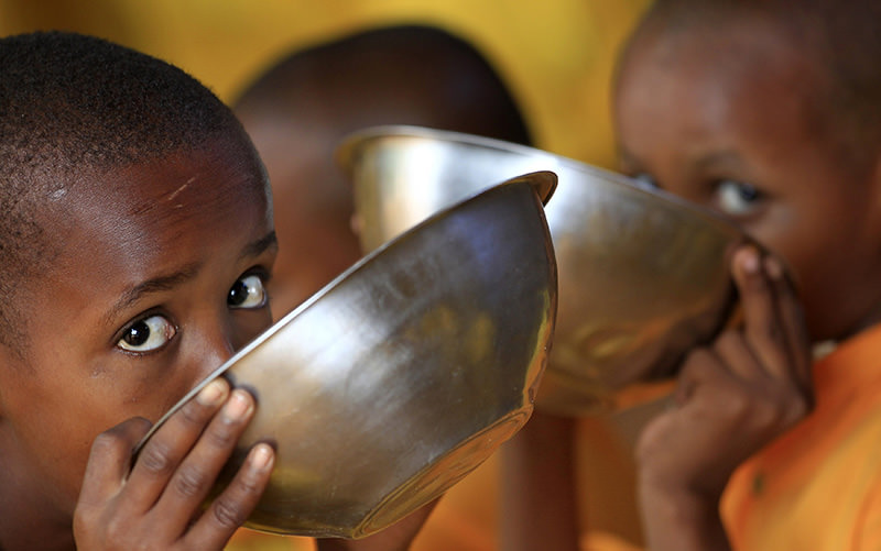 Somali refugee boys eat porridge during break time at the Liban integrated academy at the Ifo refugee camp in Dadaab, near the Kenya-Somalia border, August 2, 2011 (Reuters Photo)
