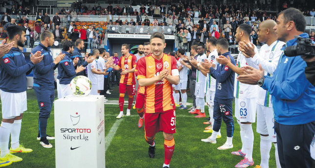 Çaykur Rizespor gave Galatasaray a guard of honor, applauding them when they came on the pitch.