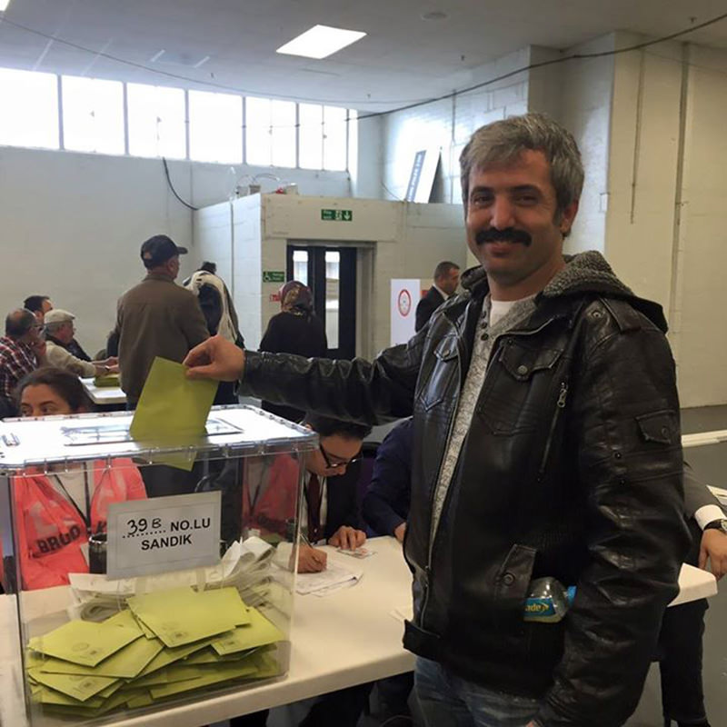 Selahattin Babir, a Turkish-origin British citizen from the UKu2019s West Midlands, casts his vote at the polling station in London on Sunday.
