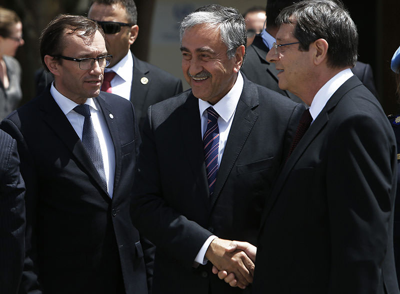 U.N. envoy Espen Barth Eide (L) next to Turkish Cypriot President Mustafa Aku0131ncu0131 (C) and Greek Cypriot President Nicos Anastasiades (R), shaking hands after their meeting at a U.N. compound in Nicosia. (AP Photo)