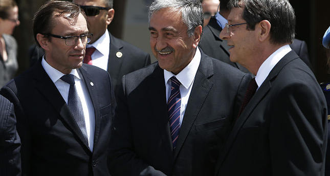 U.N. envoy Espen Barth Eide (L) next to Turkish Cypriot President Mustafa Akıncı (C) and Greek Cypriot President Nicos Anastasiades (R), shaking hands after their meeting at a U.N. compound in Nicosia. (AP Photo)