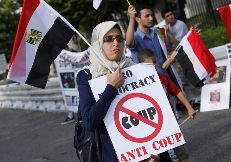 Activists from the Egyptian-Americans for Democracy and Human Rights organization protest outside the Egypt embassy in Washington August 19, 2013 (Reuters Photo)