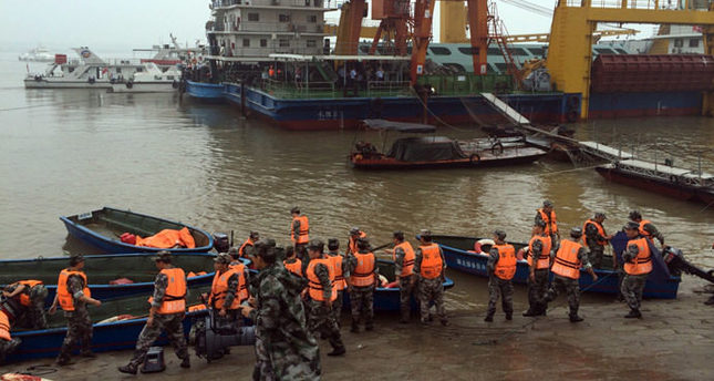 Rescue workers prepare to head out on boats on the Yangtze River to search for missing passengers after a ship capsized in central China's Hubei province (Reuters Photo)