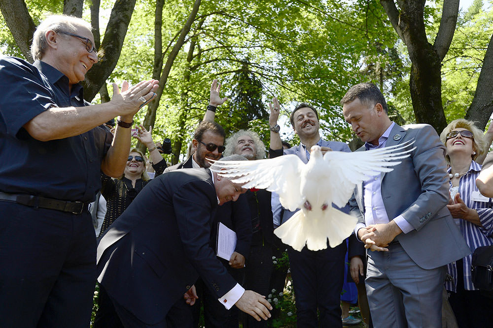 Turkish actor Yetkin Dikinciler (third from right), who portrayed Hikmet in 2007 movie 'Mavi Gözlü Dev' (the Blue-Eyed Giant),  was among the participants of the ceremony held in Novodevichy (AA Photo)