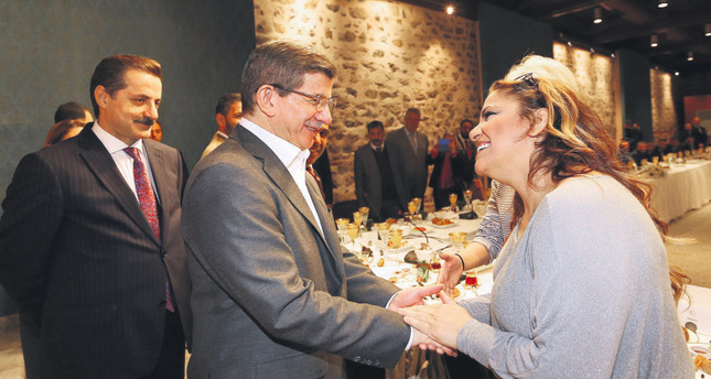 PM Davutoğlu speaks with renowned Roma singer Kibariye at a meeting with the representatives of the Roma community on April 19.