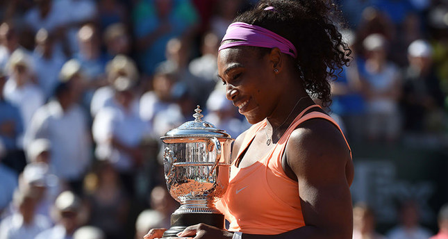 US Serena Williams celebrates with the trophy following her victory over Czech Republic's Lucie Safarova at the end of the women's final match of the Roland Garros 2015 French Tennis Open in Paris on June 6, 2015. (AFP Photo)