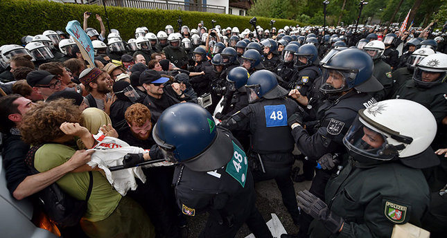 Protestors and German police officers clash during a protest against the G7 summit in Garmisch-Partenkirchen, Germany, 6 June 2015 (EPA Photo)