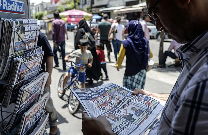 A man reads a newspaper to check the results of elections in Turkeyu2019s southeastern province of Diyarbaku0131r on June 8, 2015 (AFP Photo)