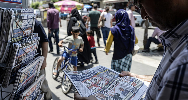 A man reads a newspaper to check the results of elections in Turkey's southeastern province of Diyarbakır on June 8, 2015 (AFP Photo)