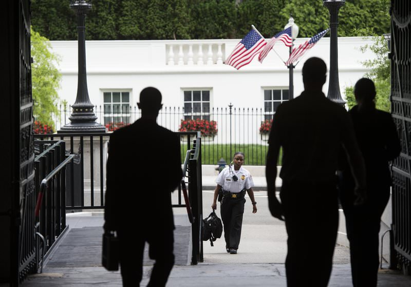A member of the US Secret Service walks toward the Eisenhower Executive Office Building from the West Wing following an evacuation of the press from the Press Briefing Room at the White House in Washington, DC, June 9, 2015 (AFP Photo)